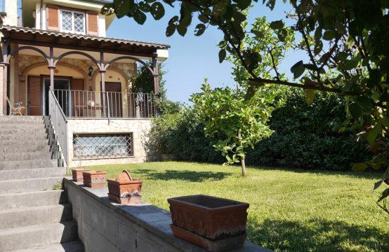 Villa angolare ristrutturata con ampi spazi esterni