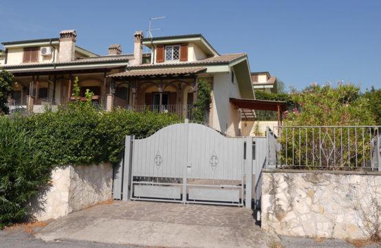 Villa angolare ristrutturata con ampi spazi esterni e box auto doppio