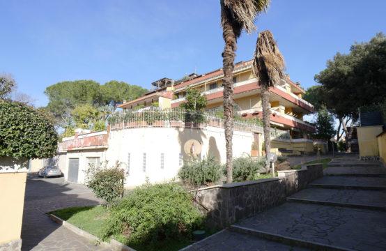 Villino bilivello con grandi terrazzi e box auto