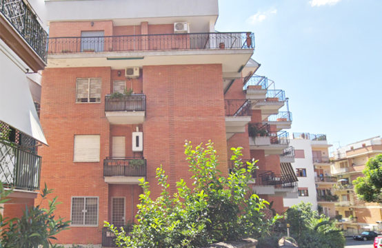Signorile, silenzioso e riservato, ampio bilocale con due balconi e cantina