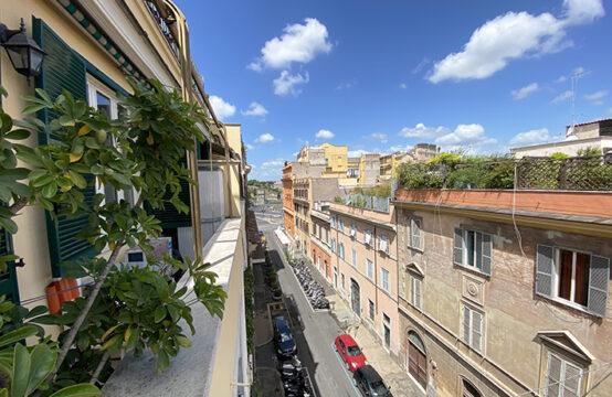Adiacenze Colosseo, palazzina d'epoca quarto piano con balconi ottimo stato