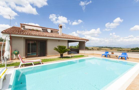 Villa panoramica, immersa nel verde con piscina e bagno turco