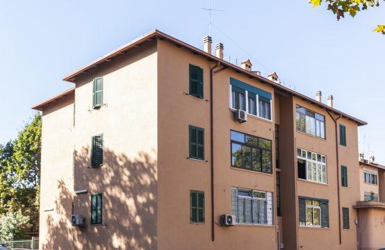 Terzo ed ultimo piano, trilocale con balcone, silenzioso affaccio nel verde